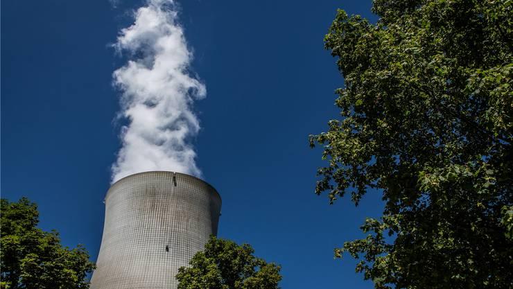 Die Dampffahne zeigt es an: Das AKW Leibstadt produziert wieder Strom. (Archiv)