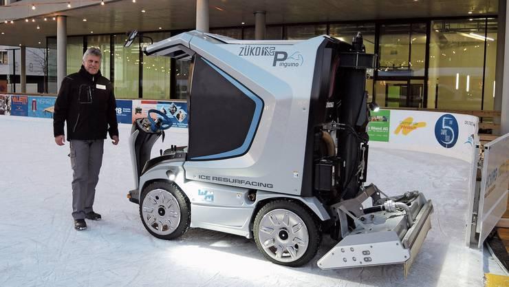 Stolz präsentiert der 66-jährige Edwin Walder seine Eismaschine, mit der er das Eis frisch macht.