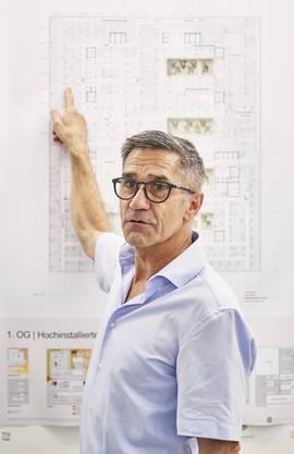 Sergio Baumann erklärt anhand der Pläne, welche Gründe für das Siegerprojekt sprechen.