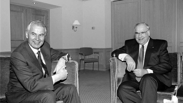 kam es zu einer historischen Begegnung: Zwei Monate nach dem Fall der Berliner Mauer traf Deutschlands Bundeskanzler Helmut Kohl (r.) den DDR-Ministerpräsidenten Hans Modrow. Sie sprachen über die Wiedervereinigung. Kohl war schon 1989 in Davos – als erster Bundeskanzler.