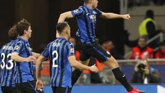 Remo Freuler (rechts) reihte sich beim 4:1-Heimsieg von Atalanta Bergamo im Achtelfinal-Hinspiel der Champions League gegen Valencia unter die Torschützen