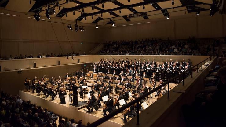 Lionel Bringuier dirigiert am Eröffnungskonzert im Herbst in der Maag das Tonhalle-Orchester und die Zürcher Sing-Akademie. (Priska Ketterer)
