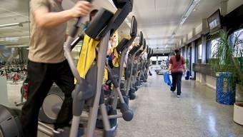 ... der hat in der Region die Wahl zwischen einer ganzen Reihe von bestens ausgestatteten Fitnesscentern oder dem Hallenbad. Denn bewegen ist auch im Winter gesund. Und wie wärs mit einer kalten Dusche nach dem schweisstreibenden Training? Diese stärkt erst noch das Immunsystem.