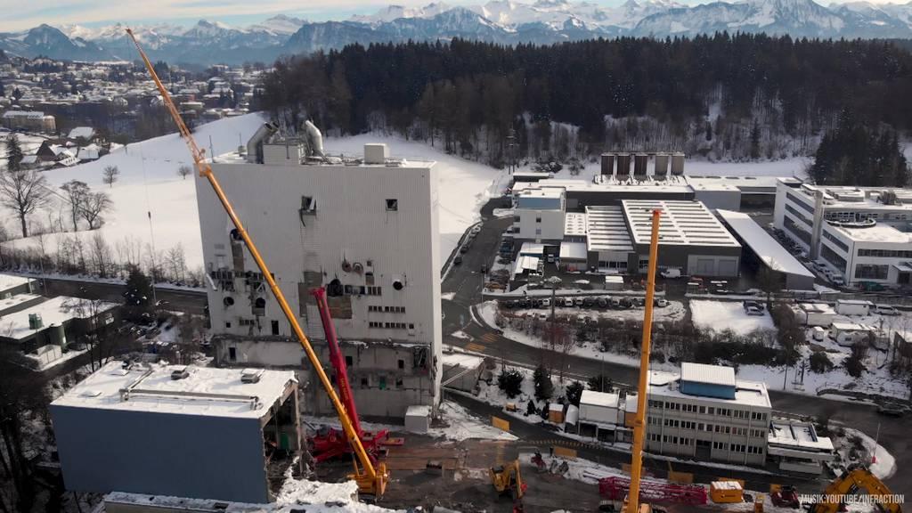 Riesen-Kräne demontieren 16 Tonnen schwere Kamine der KVA