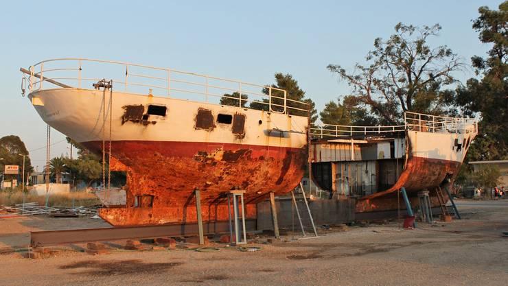 Der alte Kahn wurde in zwei Teile geschnitten und auf einer Werft in Griechenland erneuert und um sechs Meter verlängert