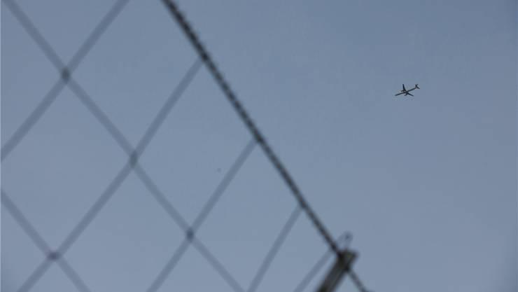 Am Flughafen Zürich hob auch das Flugzeug ab, in dem der Tibeter Anfang Oktober nach Delhi geflogen worden ist. Keystone