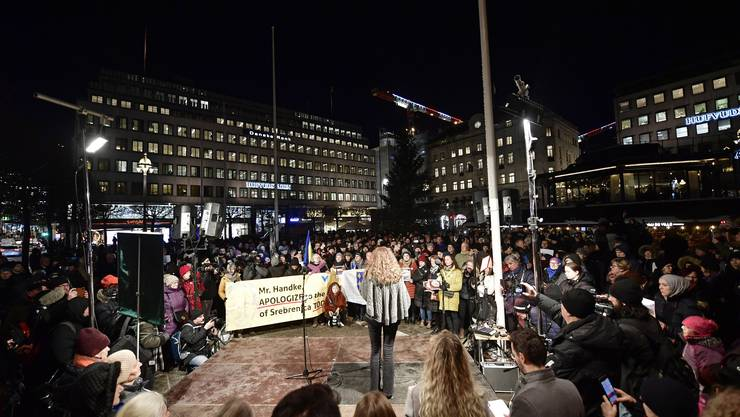 Demonstration gegen Peter Handke in der Stockholmer Innenstadt. (Foto: EPA/Stina Stjernkvist/Stockholm, 10.12.2019)
