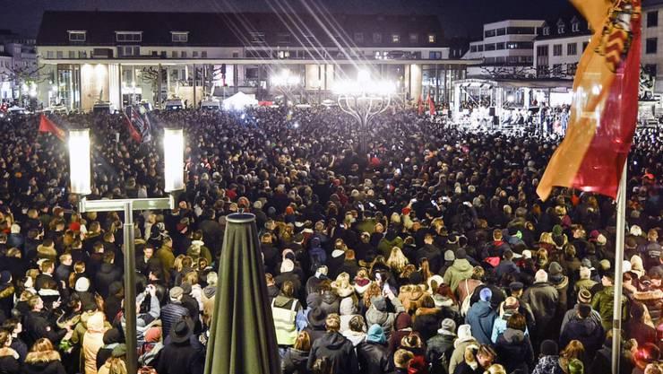 In zahlreichen Städten gab es am Donnerstag Gedenkveranstaltungen und Mahnwachen für die Opfer des Anschlags in Hanau. In Berlin hörten tausende Menschen die Rede des deutschen Präsidenten Frank-Walter Steinmeier. (Foto: Martin Meissner/AP Keystone-SDA)