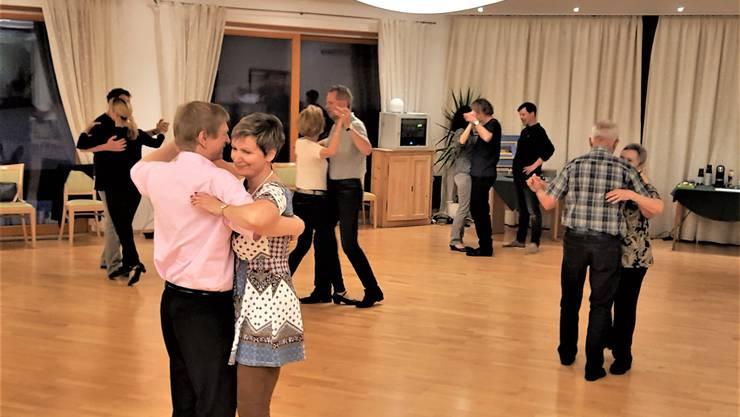 Kursteilnehmende während Tanzunterricht