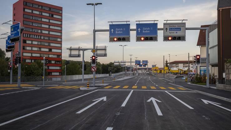 Wer von der Autobahnausfahrt Urdorf Nord kommt, kann neu bei der Schönenwerd-Kreuzung nicht mehr links nach Dietikon abbiegen. Es ist eine der Massnahmen, die das Dietiker Zentrum entlasten soll.