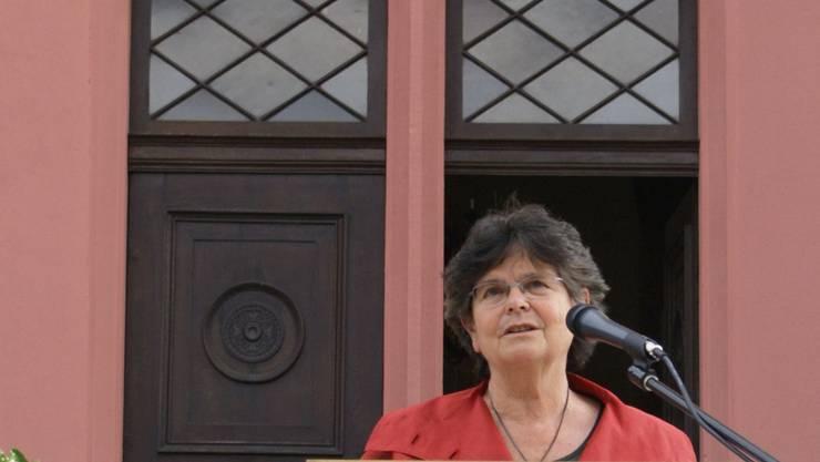 Vor dem wichtigsten Bauwerk der jüdischen Gemeinde, der Lengnauer Synagoge, erklärt Ruth Dreifuss den jüdischen Kulturweg für eröffnet. (Silvan Merki)