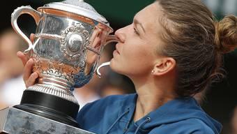 Die French-Open-Siegerin Simona Halep küsst den Pokal.