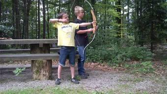 Michael Keller (links) aus Mühledorf zeigt beim Bogenschiessen eine solide Haltung. Luca Lätt aus Kyburg-Buchegg assistiert. rbi
