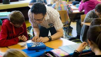 Joe Aranya hat 30 Jahre lang als Informatiker gearbeitet – jetzt hilft er Primarschülern bei Rechenaufgaben.
