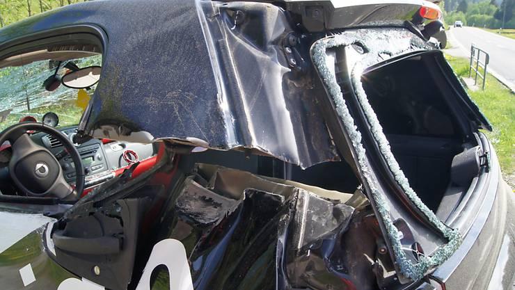 Ein Traktor hat am Mittwochmorgen in Oberägeri einen Smart seitlich aufgeschlitzt. Der Fahrer hatte Glück und wurde nur leicht verletzt.