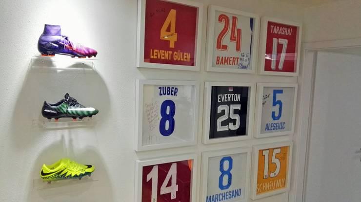 Das Büro von Milos Malenovic – verziert mit Schuhen und Shirts seiner Klienten.
