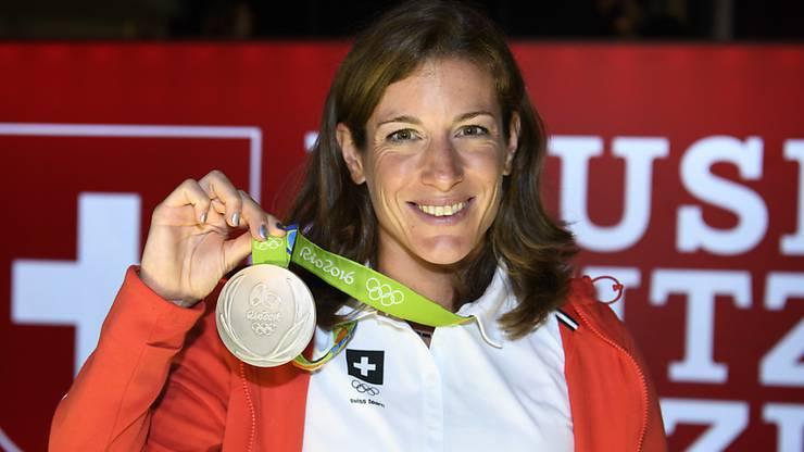 Nicola Spirig mit ihrer Silbermedaille.