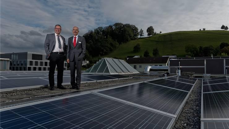SWL-Geschäftsführer Markus Blättler (links) und BSL-Rektor Ruedi Suter bei der Eröffnung der Solaranlage auf dem Dach der Berufsschul-Sporthalle im Jahr 2013.