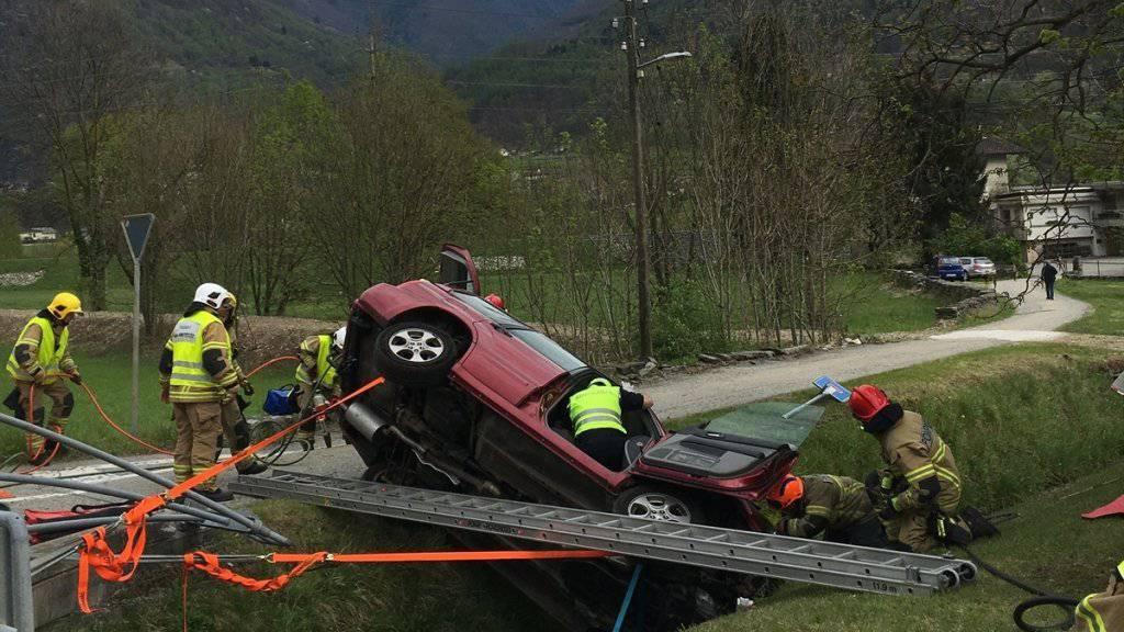 Mit Brechwerkzeug musste der mittelschwer verletzte Lenker aus dem Fahrzeug befreit werden.