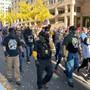 Anhänger der rechten Gruppe «Proud Boys» demonstrierten gestern in Washington D.C. für Donald Trump. Dieser hatte im Wahlkampf in einem TV-Duell mit Biden in Richtung der Proud Boys erklärt, sie sollten sich «bereit» halten. Foto: Can Merey/dpa
