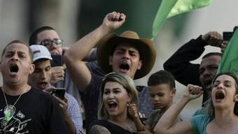 """Die brasilianische Bundespolizei hat die rechte Aktivistin Sara Winter (vorne Mitte) von der Gruppe """"300 do Brasil"""" (300 aus Brasilien) in Brasília festgenommen."""