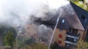 Auf dem Balkon eines Wohnblocks bricht ein Feuer aus. Dabei erleiden die Mieter der Wohnung leichte Verletzungen.