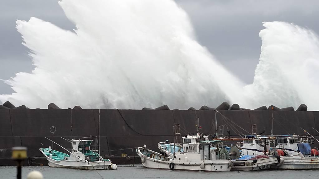 """Vorboten des Taifuns """"Hagibis"""": Starke Wellen brechen an Schutzbauten im japanischen Meereshafen von Kiho."""