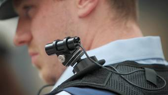 Ab heute testen Zürcher Stadtpolizisten ähnliche Bodycams wie diese, bei einem deutschen Polizist im Sommer 2015.
