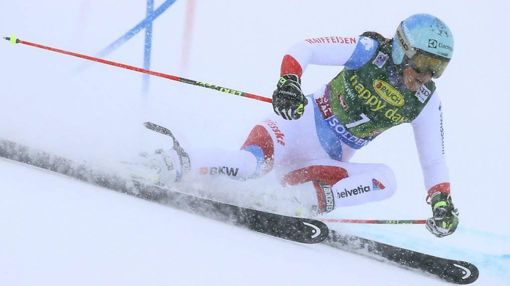 Wendy Holdener kämpft sich auf dem Rettenbachgletscher im Schneetreiben durch die Tore