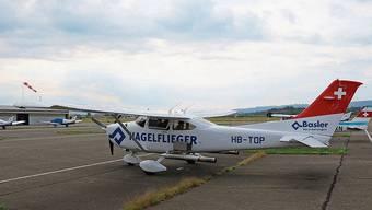 Das Flugzeug des Typs Cessna ist mit einer speziellen Sprühvorrichtung ausgestattet.