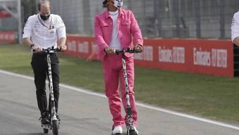 Extravagant wie eh und je: Lewis Hamilton im pinken Outfit bei der Streckenbesichtigung im Autodromo Enzo e Dino Ferrari in Imola