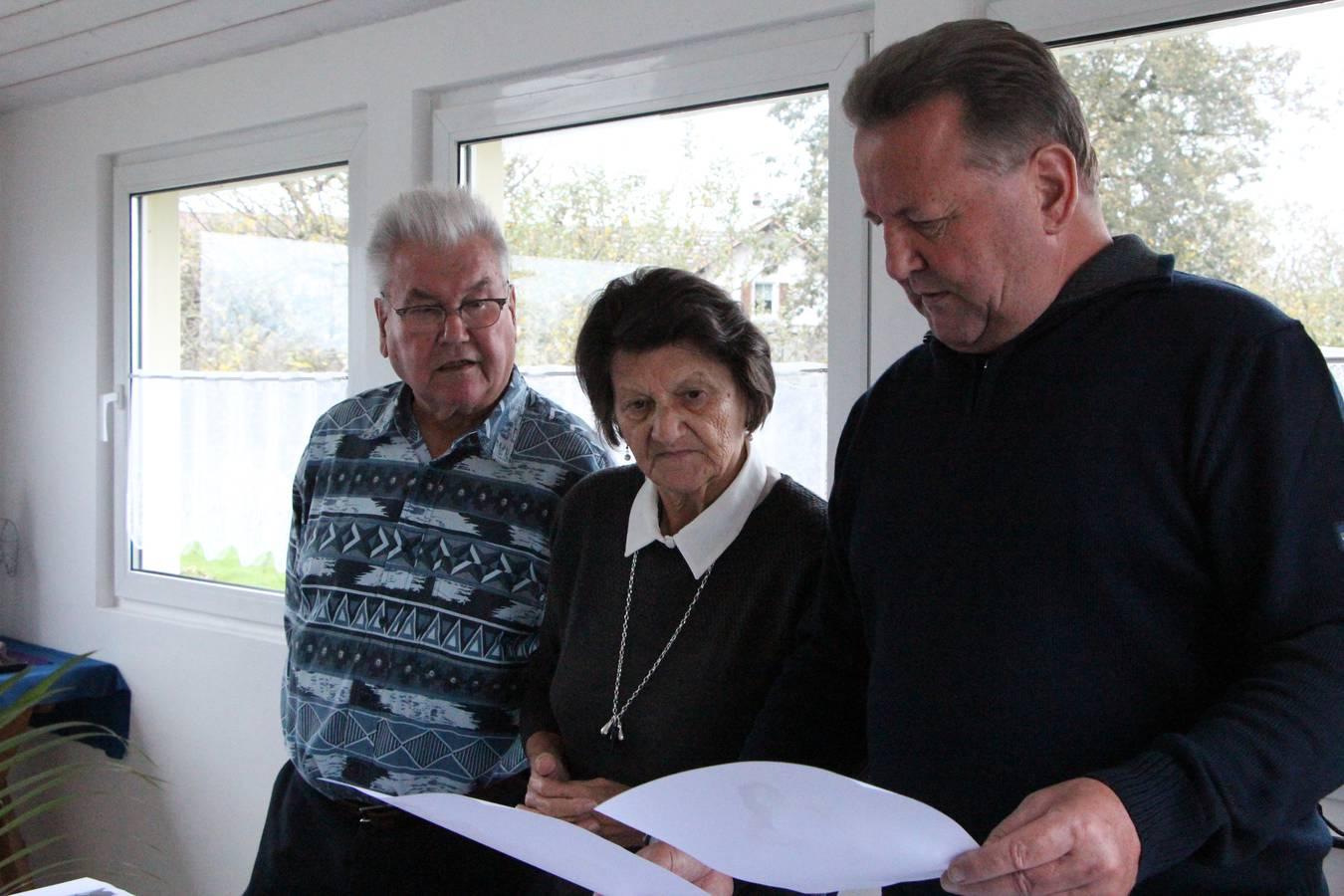 Gemeinsam mit ihrem Mann Hugo Loher-Lüchinger (links) und Patrics Götti Walter Lüchinger (rechts) begutachtet Gertrud die Kandidatinnen. (© Lara Abderhalden)
