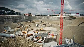 Bagger wie Spielzeuge: In Schafisheim bei Lenzburg wird die neue Verteilzentrale und die Grossbäckerei von Coop gebaut.