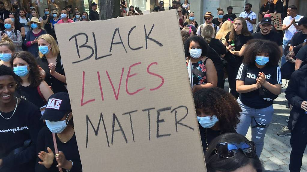 Karton mit dem Slogan «Black Lives Matter» in St. Gallen.