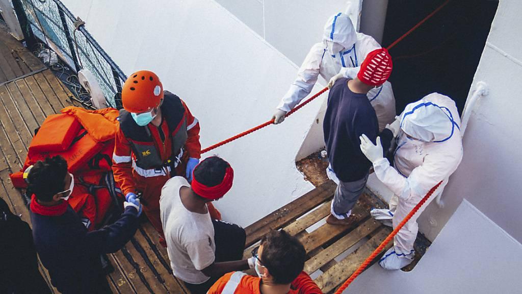 Migranten dürfen nach Schiffs-Quarantäne in Italien an Land