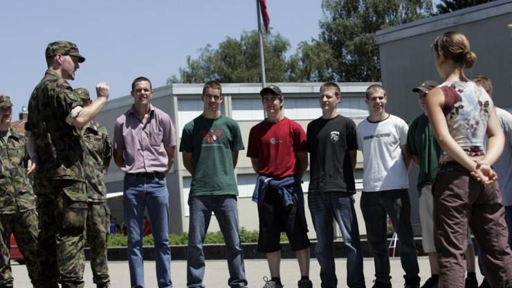 Seit der Armeereform haben viele Rekruten zu Beginn der Sommer-RS die Lehre noch nicht beendet. Der Ständerat will das ändern. (Archivbild)