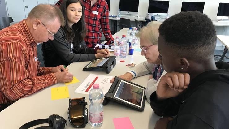 Jugendliche und Senioren testen gemeinsam ausgewählte Homepages auf deren Zugänglichkeit