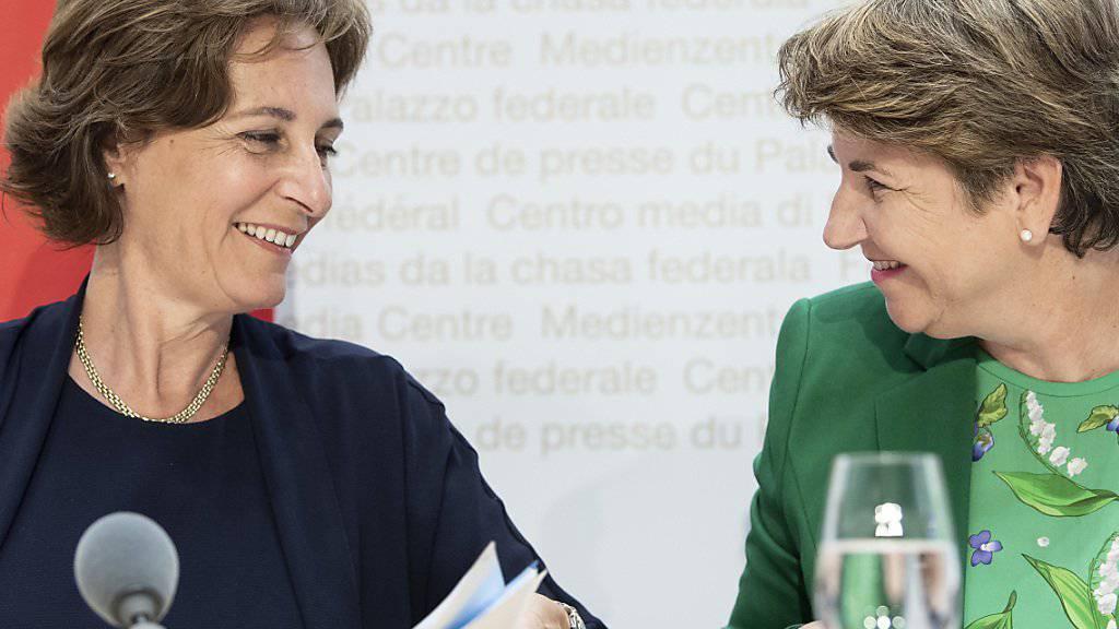 Verteidigungsministerin Viola Amherd (rechts) stellt vor den Bundeshausmedien Monica Duca Widmer vor. Duca Widmer soll Präsidentin des Verwaltungsrates der Ruag-Beteiligungsgesellschaft werden.