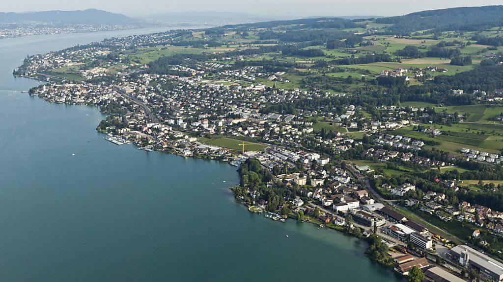 Grundsätzlich brauchen Ausländer für den Kauf von Schweizer Immobilien eine Bewilligung. Davon gibt es aber viele Ausnahmen. Der Bundesrat will die Schraube nun wieder anziehen. (Archivbild)