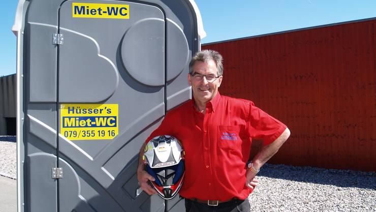 Christoph Hüsser hat den Motocrosshelm gegen Miet-WCs getauscht – damit ist er fast so erfolgreich wie zu Weltmeisterzeiten mit Bruder Andreas (kleines Bild).