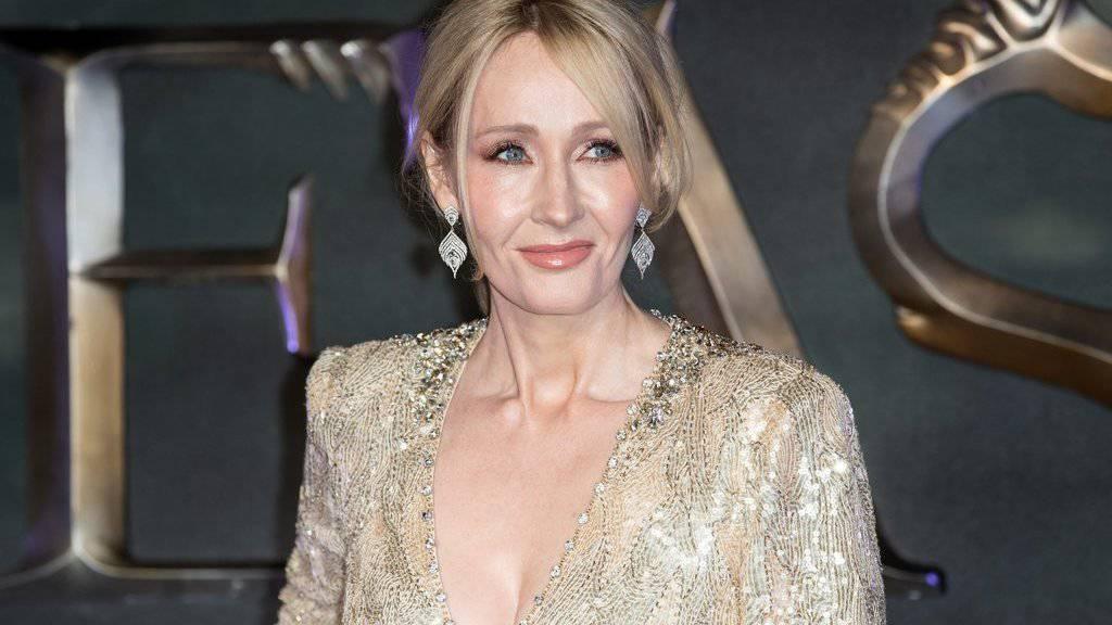 """Die britische Schriftstellerin und Filmproduzentin J.K. Rowling  posiert am 15. November 2016 in London anlässlich der Premiere des Films """"Fantastic Beasts and Where To Find Them"""" (Archiv)"""