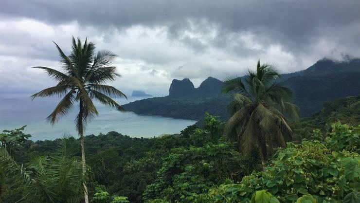 Blick von Terreiro Velho in Principe auf das Meer und die markante Berglandschaft.