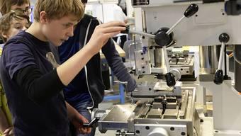 Jugendliche erkundigen sich an der Berufsmesse Zürich über das Angebot an Lehrstellen. 500 Lehrstellen konnten bis Ende August nicht besetzt werden. (Archiv)