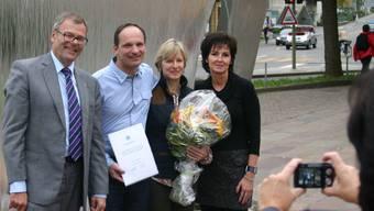 Stadtpräsident Otto Müller begrüsst Peter und Angelika Zahn, die seit Anfang Oktober in Dietikon wohnen, zusammen mit Yvonne Küng von der Einwohnerkontrolle (von links nach rechts). aru