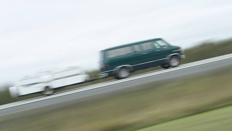 Sind Fahrzeug und Anhänger schwerer als 3,5 Tonnen, reicht ein Ausweis der Kategorie B nicht. (Symbolbild)