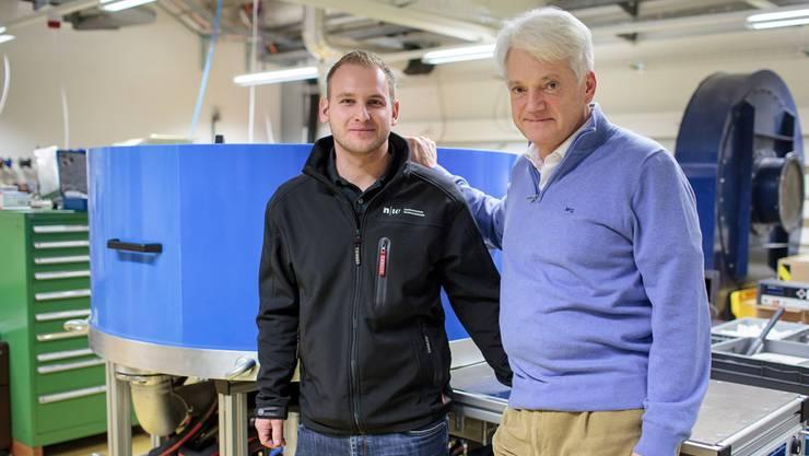 Nikolaus Vida (rechts) vor seinem Prototyp zusammen mit Projektleiter Daniel Wymann von der Fachhochschule Nordwestschweiz.