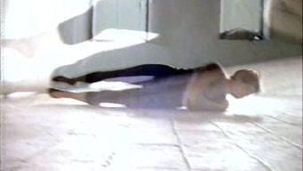 """Filmstill aus der Videoarbeit """"Horizontal Waltz for Left and Right Handcameras"""" (1989). Zu sehen ist der Film bis 28. April 2019 Kunsthaus Baselland in Muttenz."""
