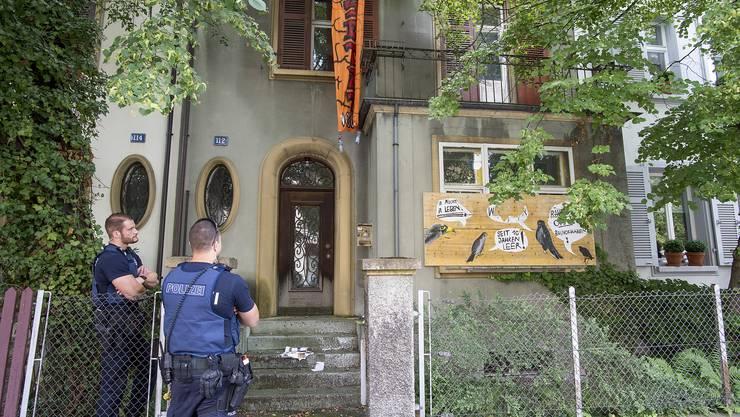 Die Polizisten beobachten die Lage, einen Räumungsauftrag haben sie aber keinen.