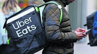 Angestellt oder selbstständig? Die Essenskuriere von Uber Eats befinden sich in einem rechtlichen Schwebezustand. (zvg /keystone)