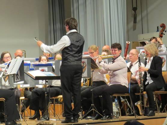 Rafal Jastrazebski dirigiert.